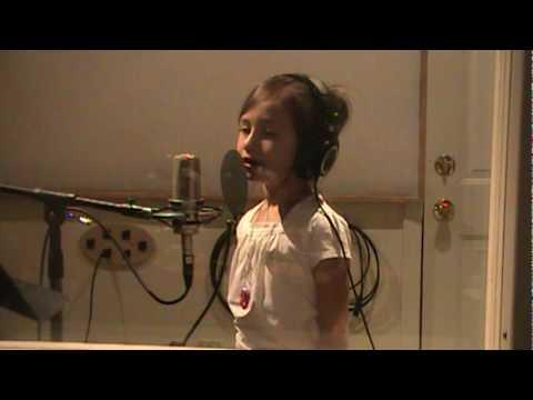 わずか7歳!少女の感動の歌声