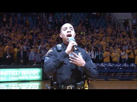 【驚き映像】歌手の代役で警備員が国歌斉唱…意外すぎる美声に会場から大歓声!アメリカ・バスケ試合会場に