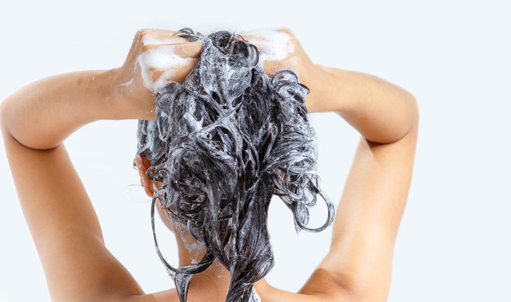 「泡立て・二度洗い」がコツ!シャンプーのヘアケア効果をUPさせるポイント